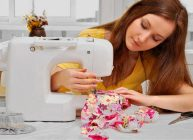 девушка шьёт с помощью швейной машины