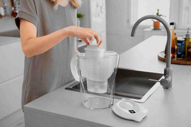 кувшин фильтр для очистки воды от примесей на кухне