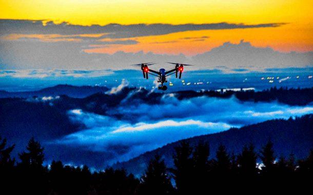 квадрокоптер над лесом и городом во время тумана