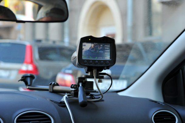 видеорегистратор с радар детектором на панели авто