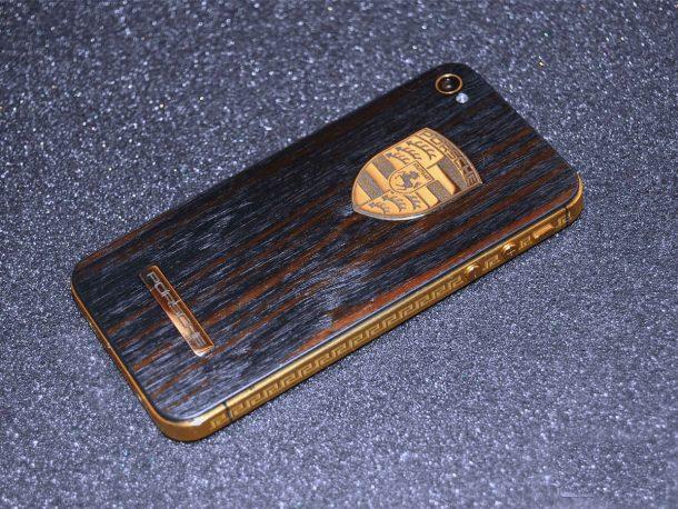 бюджетный смартфон в чехле из дерева смотрится солидно