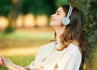 девушка слушает через наушники беспроводные лучшие на 2020 год