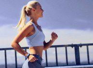 фитнес браслет на девушке, занимающаяся спортом одна