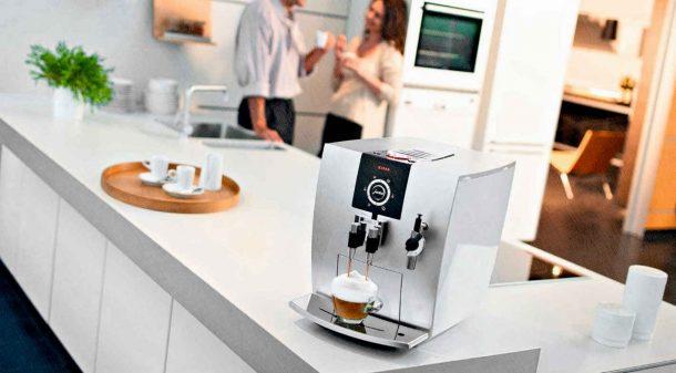 кофемашина на кухне с ценителями кофе