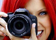 фотоаппарат у девушки в руках