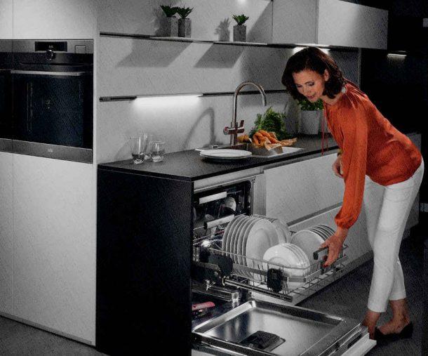 посудомоечная машина встроенная в мебель на кухне закончила мыть посуду