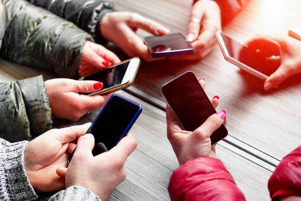 самый хороший смартфоны в руках людей