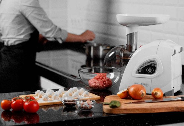 электрическая мясорубка в кухне не заменима