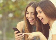 девушки удивлены ценами на хорошие смартфоны