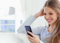 девушка радуется своему производительному смартфону и сообщениям