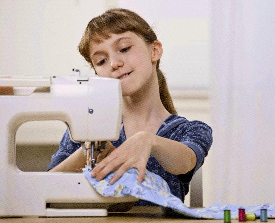 даже девочка разобралась, как надо шить на электрической швейной машинке