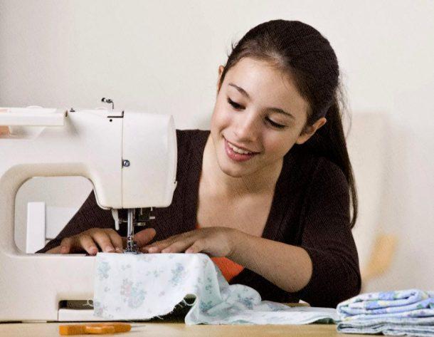 молодая швея легко разобралась в швейной машине
