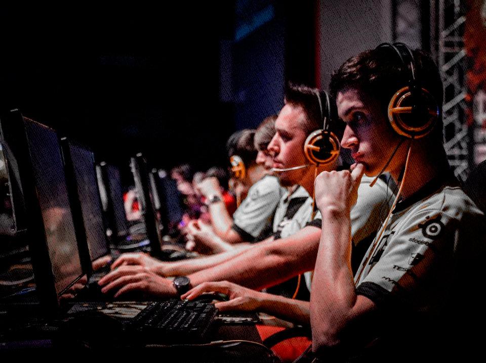 кибер турнирщики с игровыми наушниками на головах