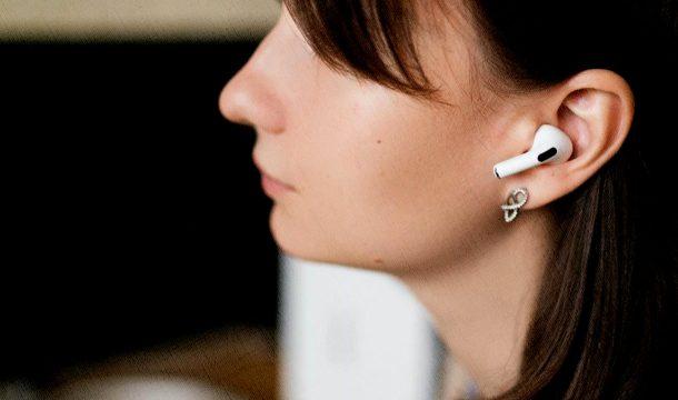 наушники вкладыши беспроводные которые заняли топ у девушки в ушах