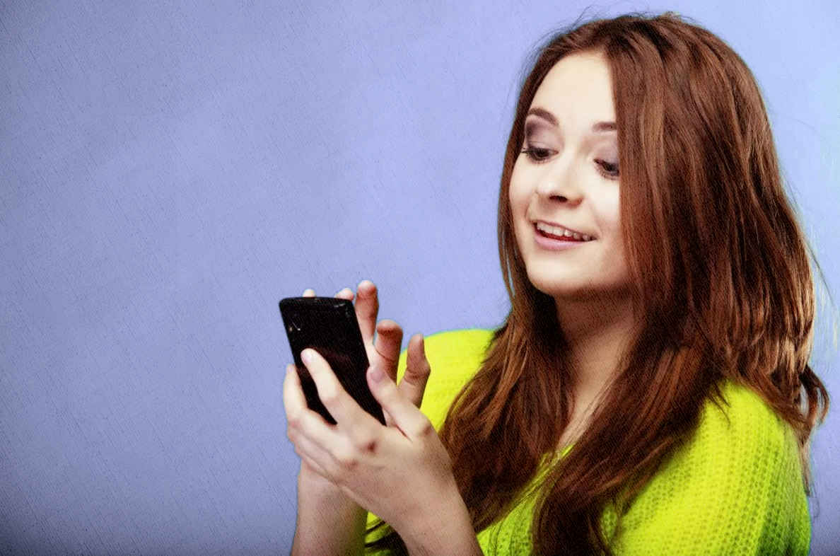 девушка довольна своим смартфонов на все сто процентов