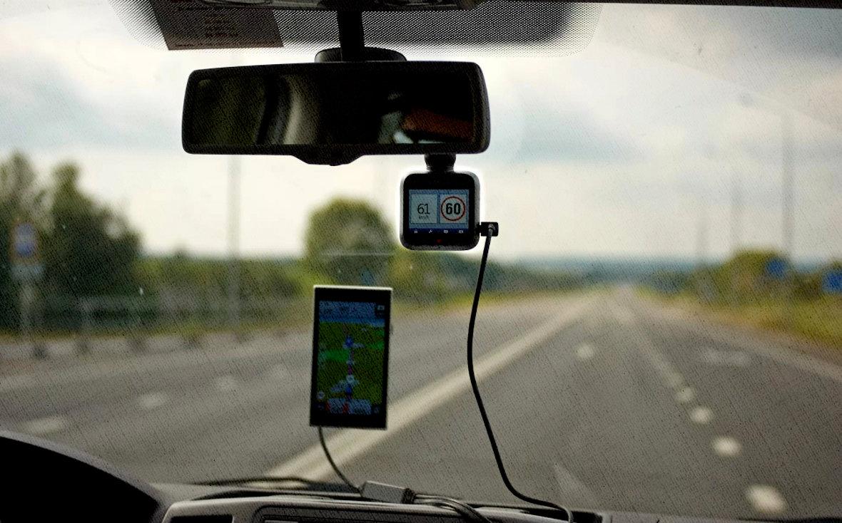смартфон с картами или авторегистратор с GPS и радаром