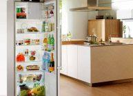 бюджетный европейский холодильник раскрытый стоит по середине кухни