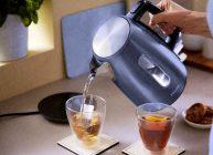электрическим чайником заливают горячую воду в кружки
