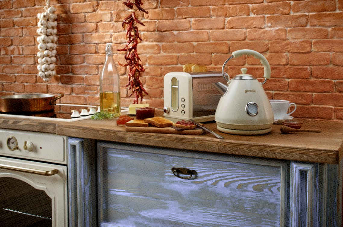 электрический металлический чайник на кухне в подвале