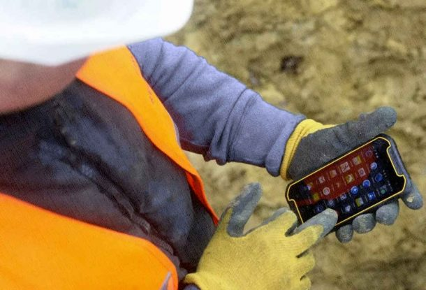 защита смартфона спасает даже на стройке