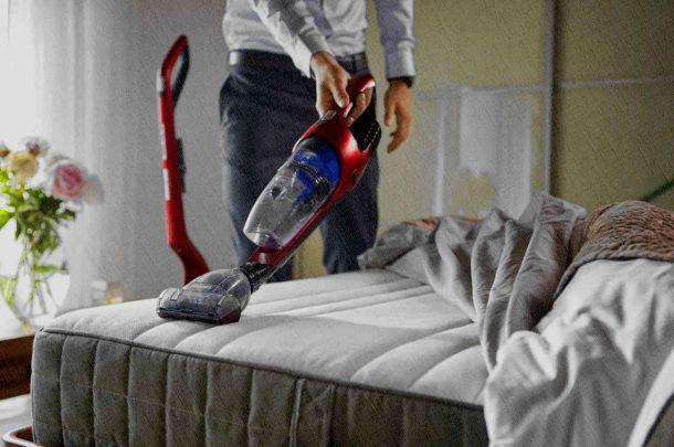 беспроводным пылесосом можно пылесосить не только пол, но и занавески, постель