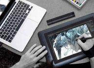 полупрофессиональный планшет подключен к ноутбуку