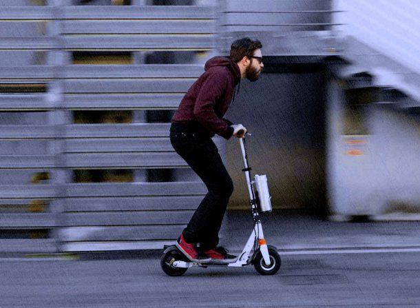 человек на электросамокоте на скорости летит на работу