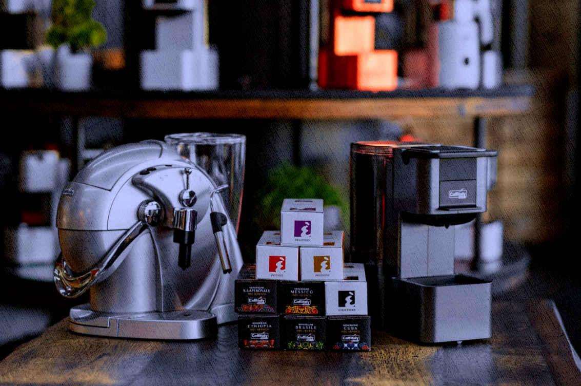 капсульная кофемашина в доме в двух вариантах и капсулы