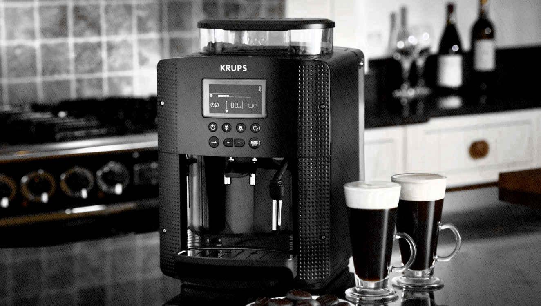 кофемашина автоматическая стоит на столе в кухне черного цвета и приготовила кофе
