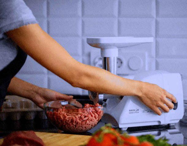 мясорубка в работе у домохозяйки на кухне