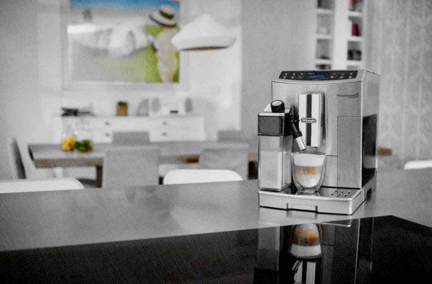 кофемашина стоит на кухне с капучинатором