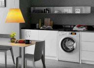 крутая бюджетная стиральная машина встроена в кухню