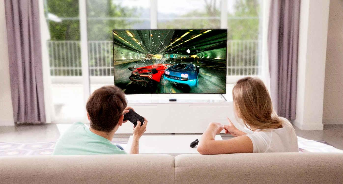 паренек играет в своем телевизоре с андроид в гонки по онлайн сети