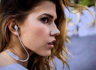 беспроводные наушники с проводами на девушке держатся уверенно даже при беге и неожиданных разворотах головы