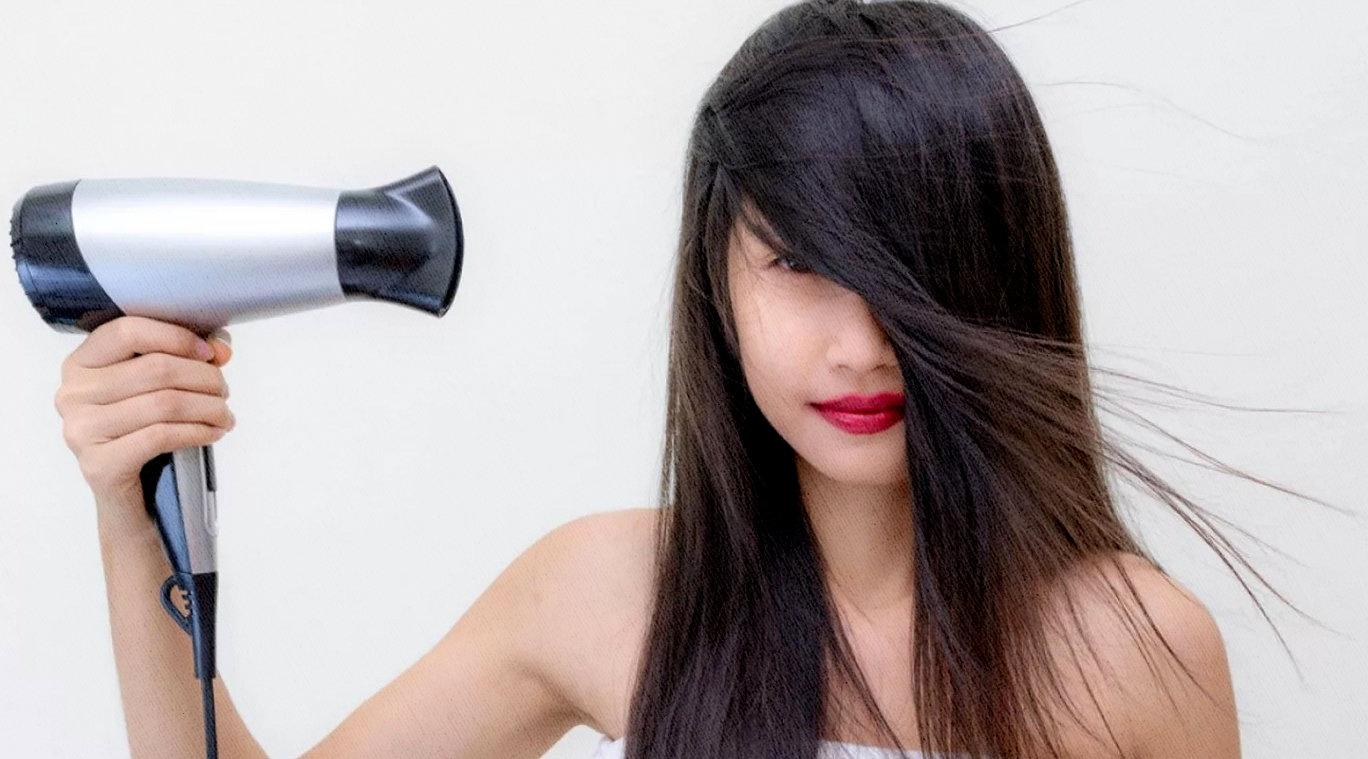 девушка феном сушит волосы, мощность поражает этого маленького устройства