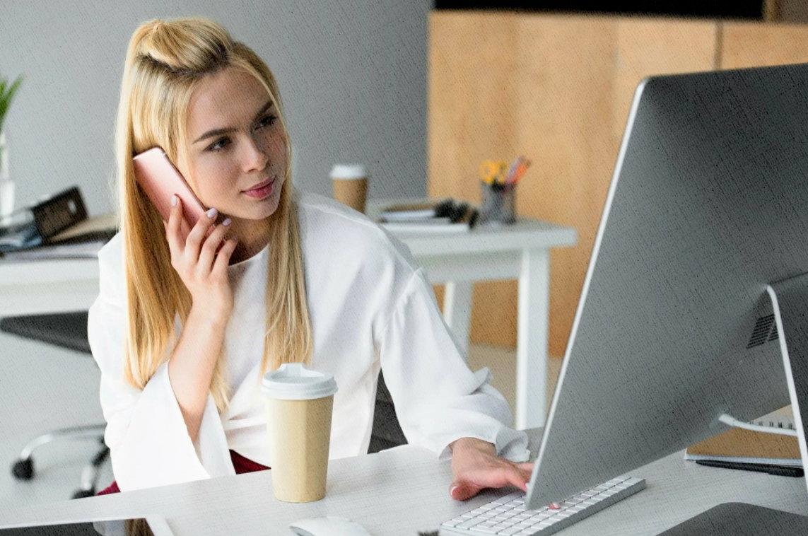 девушка работает на самом производительном моноблоке моего рейтинга 2021