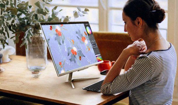 девушка сидит, работает перед моноблоков в программе рисования