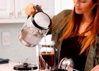 девушка в заварник наливает вскипяченную воду из лучшего стеклянного чайника