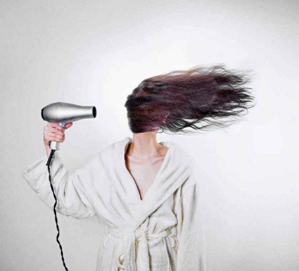 фен мощный сильно дует на волосы девушки