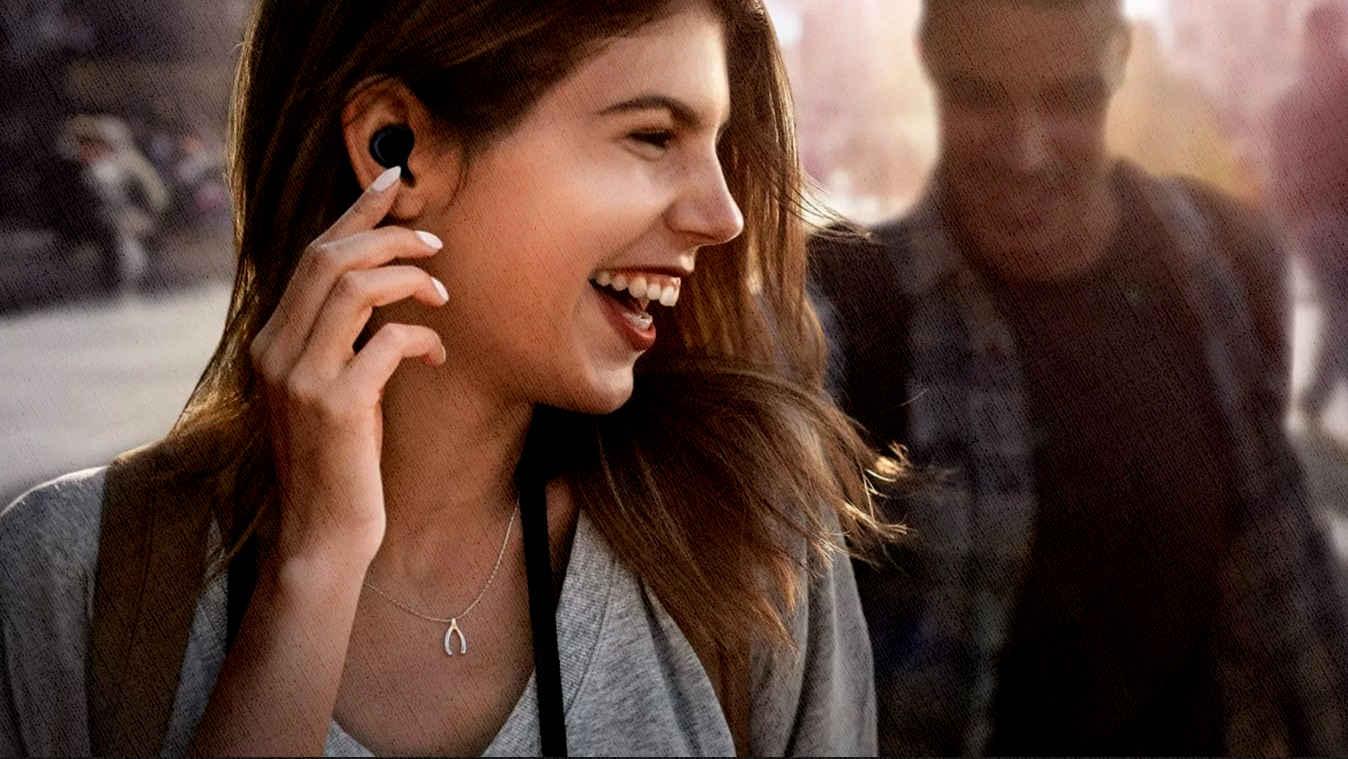 любителям поболтать на улице, а потом в транспорте послушать музыку, помогут наушники без проводов
