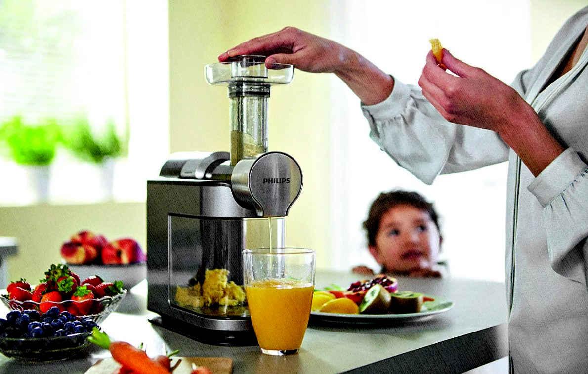 шнековая соковыжималка готовит идеально сок из фруктов и овощей