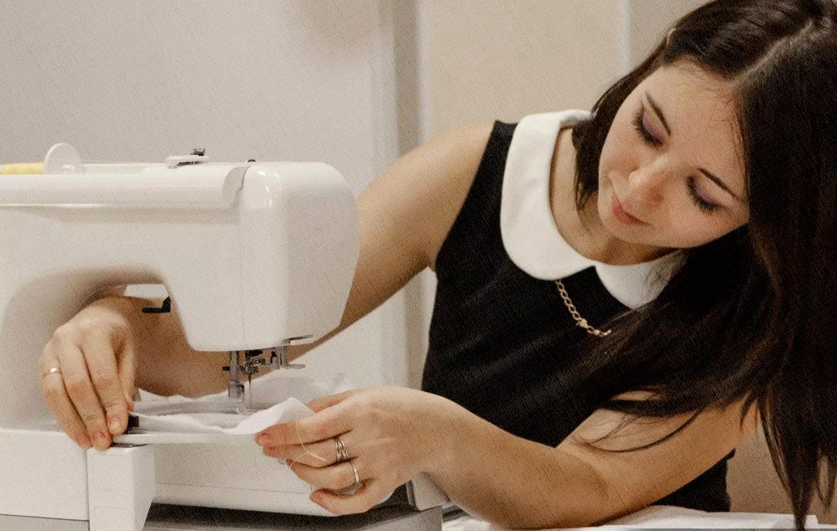 швея делает работу на швейной машине идеально
