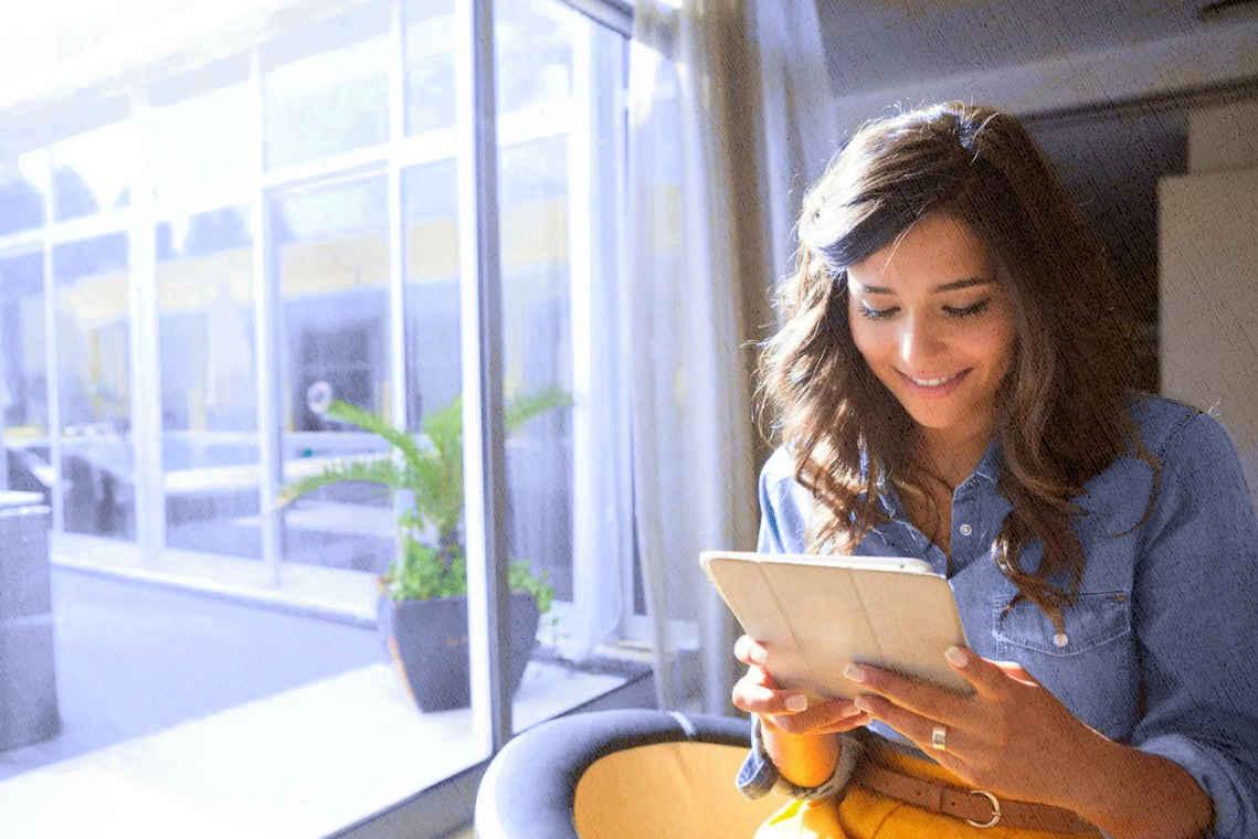 девушка работает и отдыхает за планшетом, выбранным по рейтингу лучших моделей 2021 года