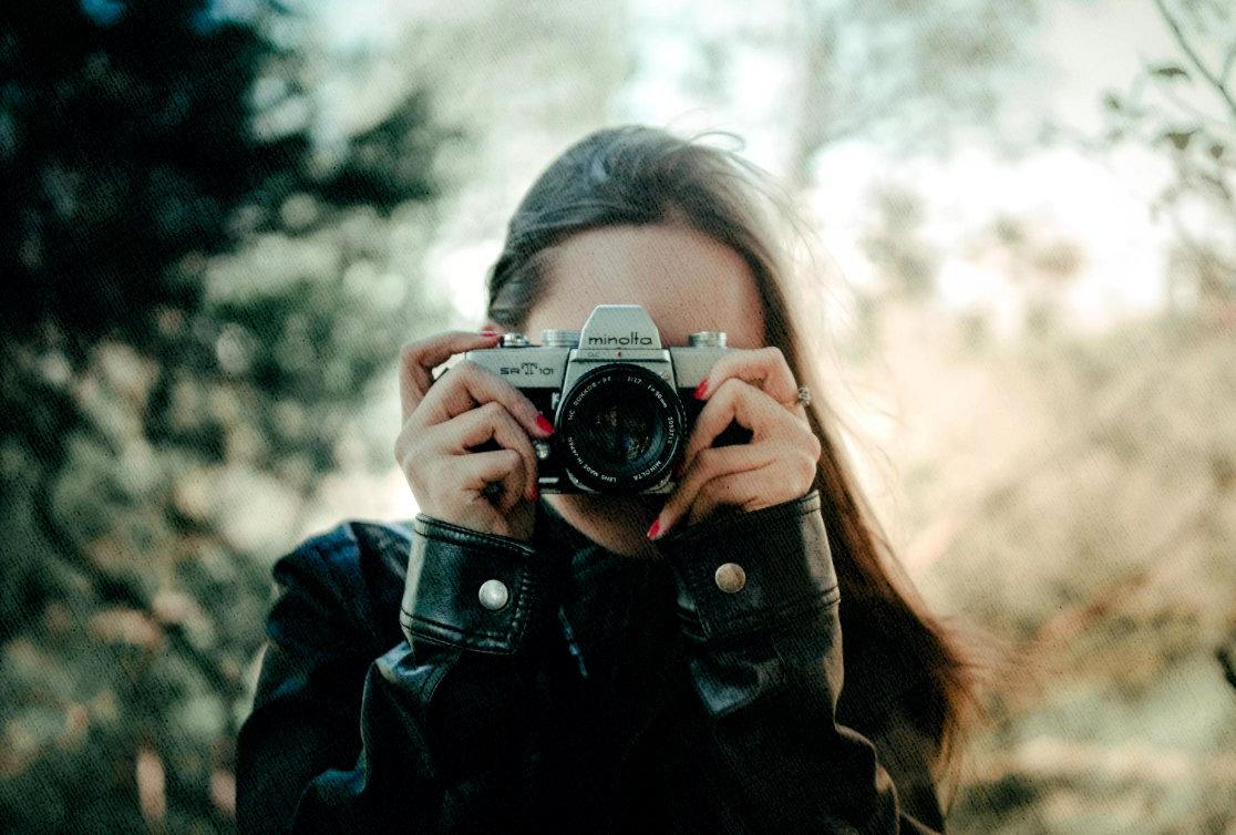 фотоаппарат у девушки в руках в 2021 году