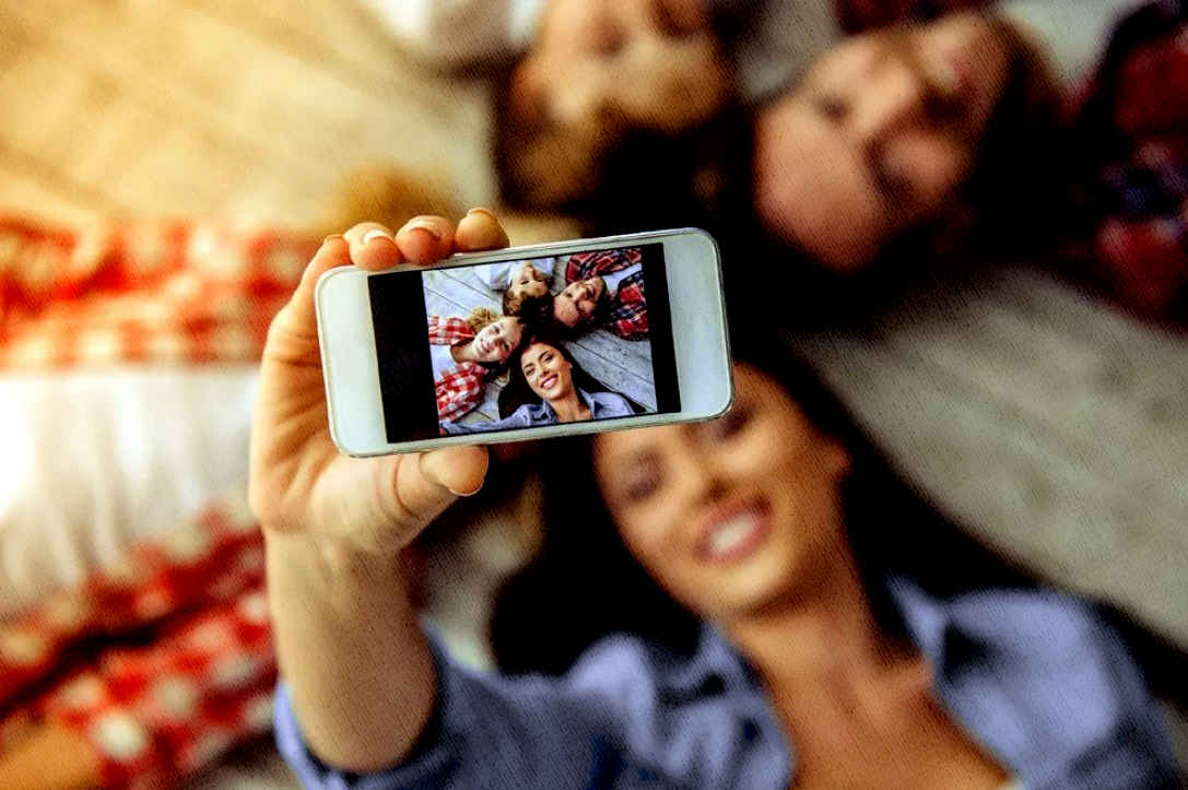 семья фотографирует на смартфон лучший из рейтинга на моем сайте