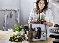 девушка готовит пищу для семьи с помощью кухонного комбайна из рейтинга 2021 года от Ростислава Кузьмина