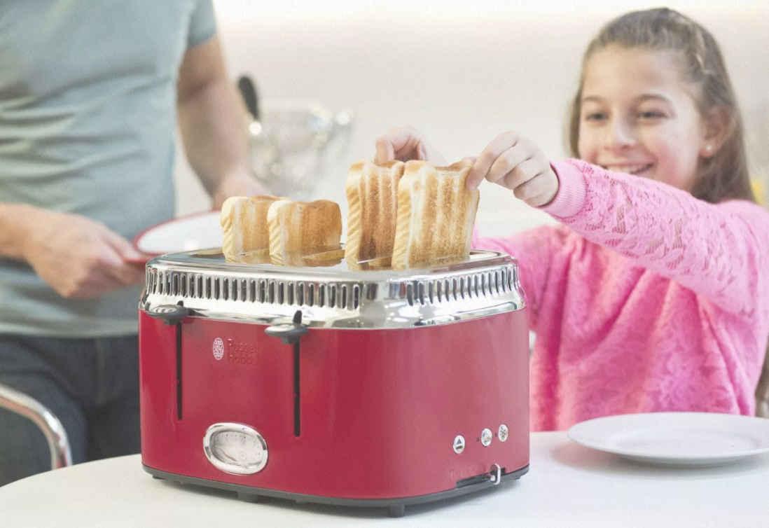 девочка вынимает подрумяненные хлеба из тосткра по рейтингу Ростислава