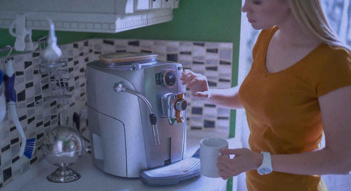 девушка использует кофемашину из рейтинга топовых моделей с сайта Ростислава Кузьмина