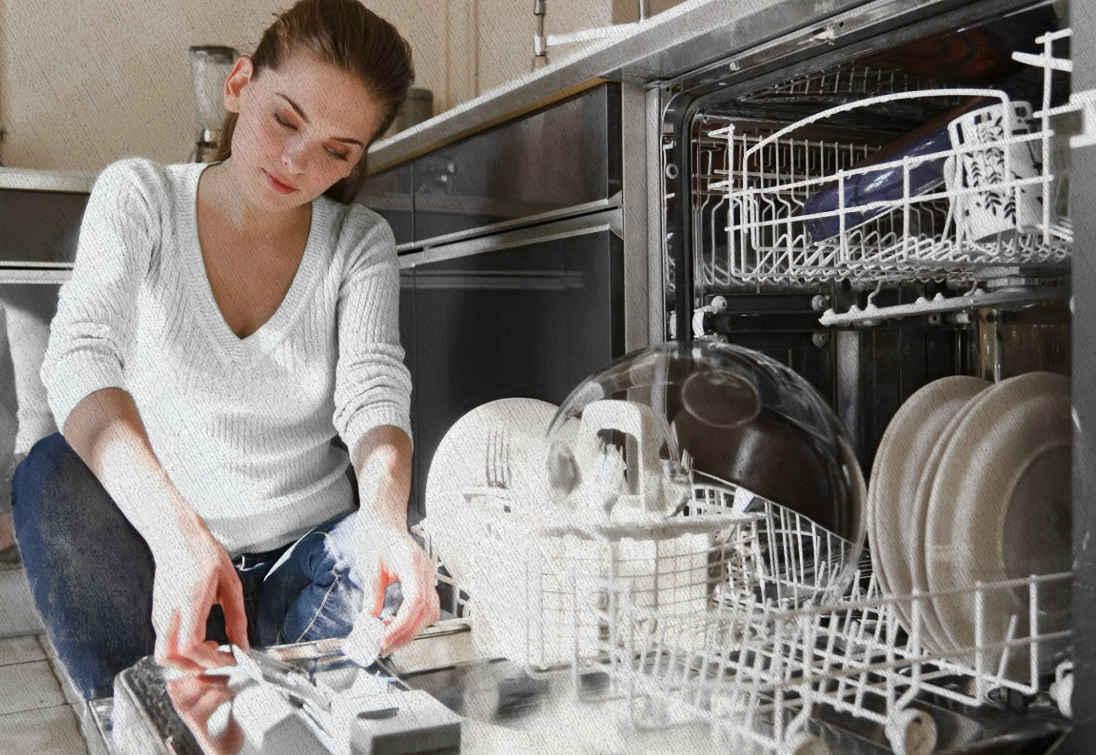 девушка кладет таблетку в машину для мойки посуды которая выбрана из рекомендаций Ростислава