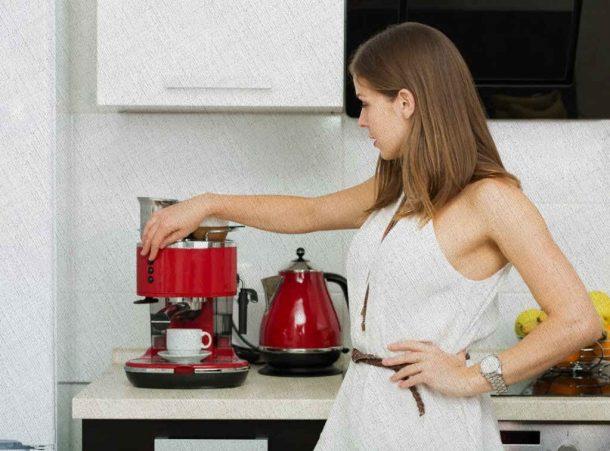 девушка включает кофемашину рожкового типа выбранную из рейтинга Ростислава Кузьмина в 2021 году